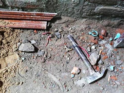 Sửa nhà trong huyện ủy, 3 người bị điện giật thương vong - 1
