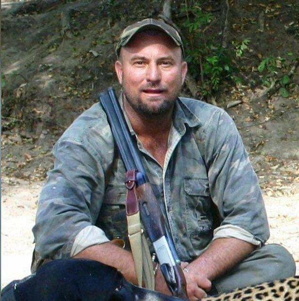 Thợ săn huyền thoại châu Phi bị voi tung lên rồi đè chết - 1