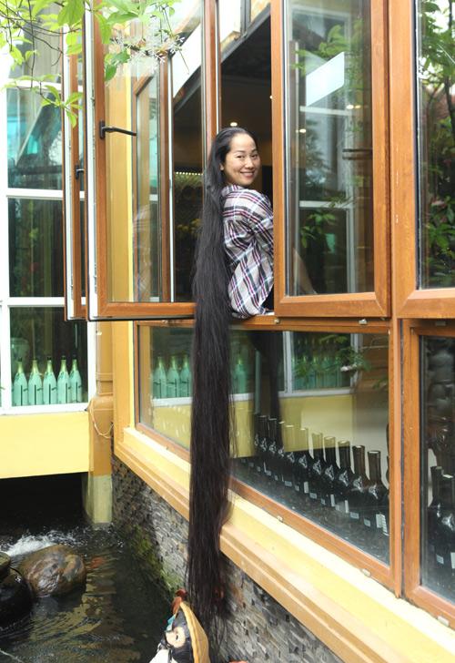 """Người phụ nữ có mái tóc dài nhất VN: """"Cả gia đình tôi phải ngủ ngược giường"""" - 1"""