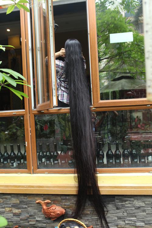 """Người phụ nữ có mái tóc dài nhất VN: """"Cả gia đình tôi phải ngủ ngược giường"""" - 3"""