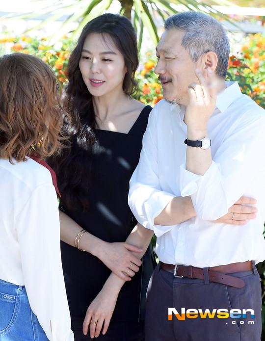 Cặp đôi chú-cháu gây phẫn nộ khi công khai tình tứ ở Cannes - 1