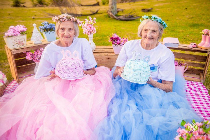 """Con cháu chưa chắc đã """"teen"""" như 2 cụ bà sinh đôi 100 tuổi này - 2"""