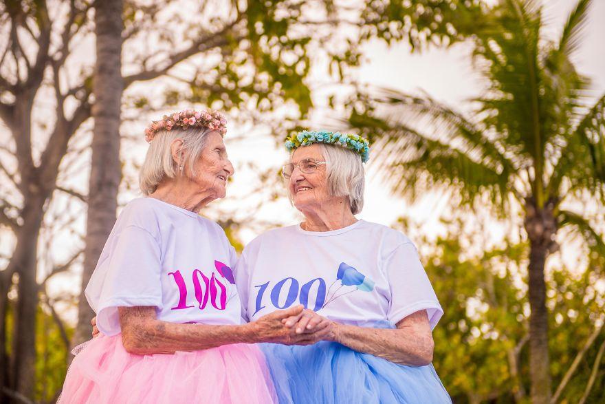 """Con cháu chưa chắc đã """"teen"""" như 2 cụ bà sinh đôi 100 tuổi này - 5"""
