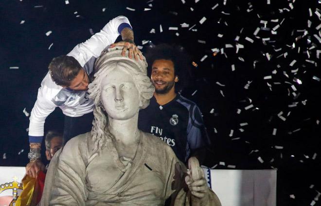 Real vô địch Liga: Ronaldo, Ramos quậy tung đường phố Madrid - 6