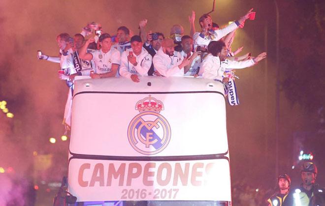 Real vô địch Liga: Ronaldo, Ramos quậy tung đường phố Madrid - 2