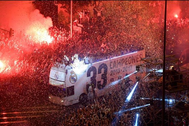 Real vô địch Liga: Ronaldo, Ramos quậy tung đường phố Madrid - 8