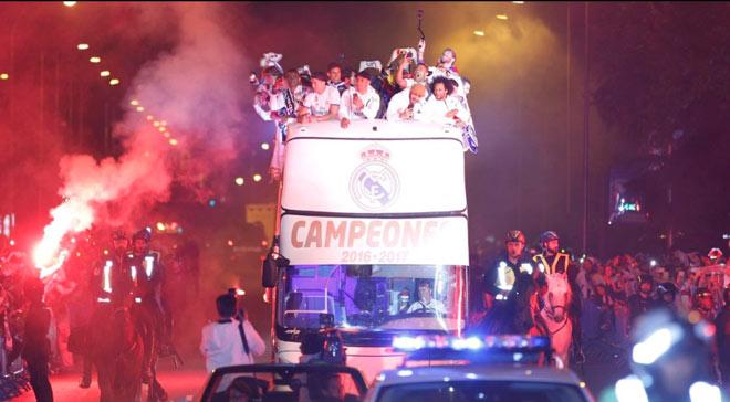Real vô địch Liga: Ronaldo, Ramos quậy tung đường phố Madrid - 10