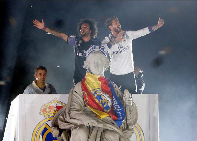 Real vô địch Liga: Ronaldo, Ramos quậy tung đường phố Madrid - 12