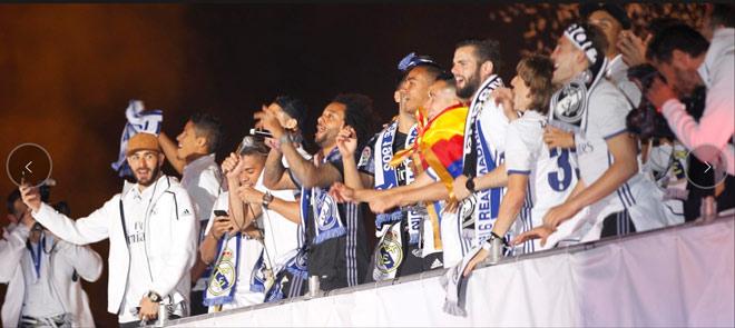 Real vô địch Liga: Ronaldo, Ramos quậy tung đường phố Madrid - 13