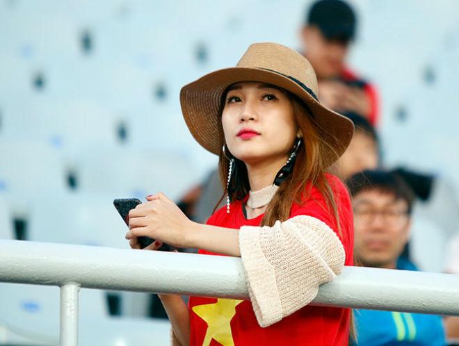 Fan nữ xinh hừng hực khí thế cổ vũ U20 Việt Nam đá U20 New Zealand - 9