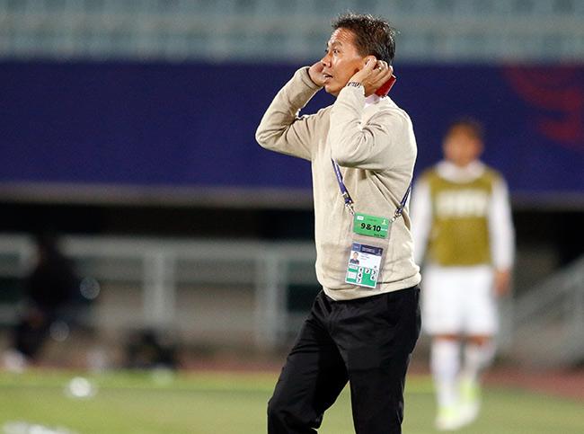 """U20 VN đi vào lịch sử, HLV Hoàng Anh Tuấn """"quát"""" học trò không được cúi đầu - 2"""