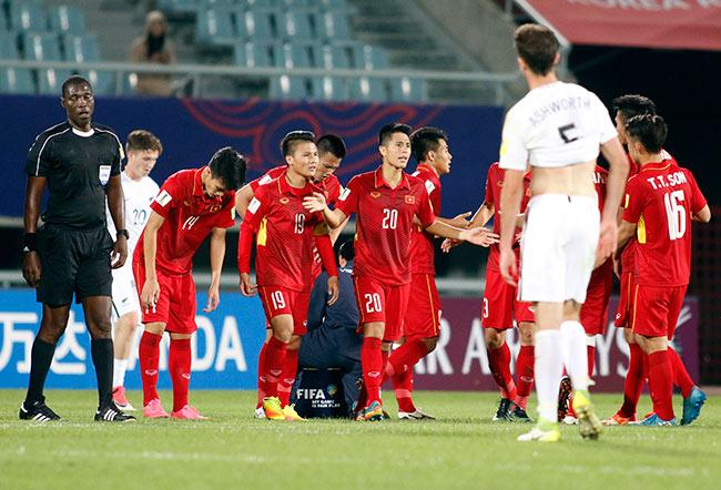 """U20 VN đi vào lịch sử, HLV Hoàng Anh Tuấn """"quát"""" học trò không được cúi đầu - 7"""