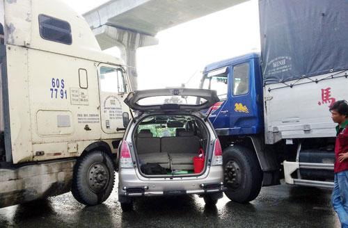 Xe bị kẹp chặt sau tai nạn, 2 người chui từ đường cốp thoát thân - 1