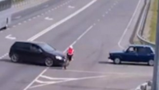 Bị ô tô đâm trực diện, người đạp xe thoát chết thần kỳ