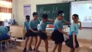 Học sinh nam mặc váy nhảy sexy trong lớp học gây sốt