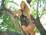 Thời trang - Thanh niên cũng đổ rầm trước người mẫu bikini 63 tuổi