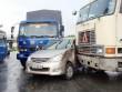 Xe bị kẹp chặt sau tai nạn, 2 người chui từ đường cốp thoát thân