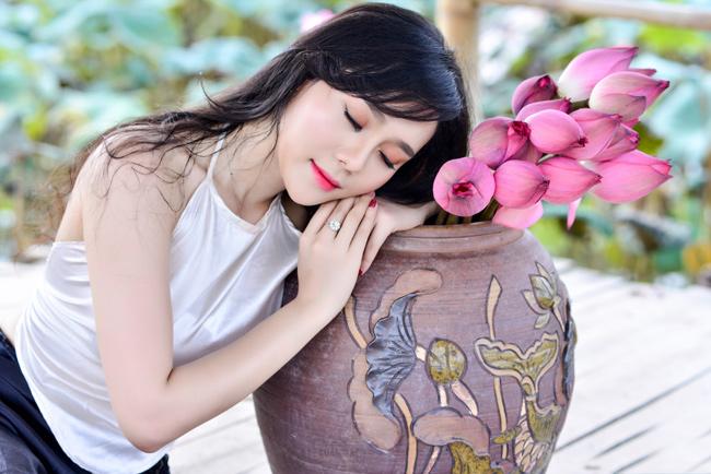 Mặc yếm trắng, váy nâu giản dị, chọn những cách tạo dángquen thuộc nhưng Huyền Trang (Hà Nội)vẫn có bộ ảnh đẹp mê mẩn bên sen.