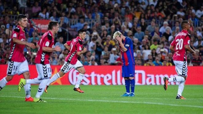 Barca bị Real soán ngôi: Tiên trách kỷ, hậu trách...trọng tài - 2