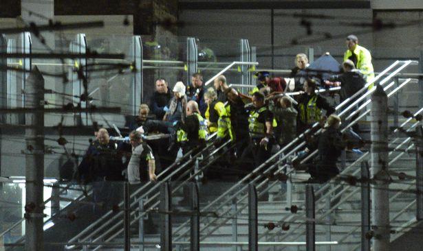 Nhân chứng vụ khủng bố Manchester: Xác người nằm la liệt - 1