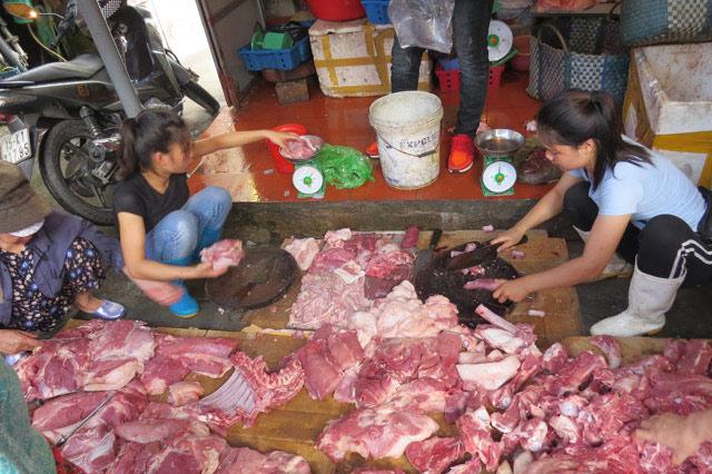 """""""Bắt"""" giáo viên mua 10kg thịt lợn: Trưởng phòng giáo dục nói gì? - 1"""
