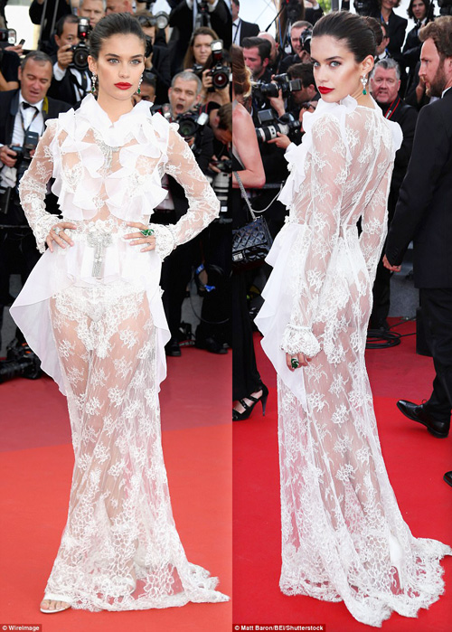 """Thiên thần nội y """"mặc như không"""" đến Cannes, lộ 80% cơ thể - 1"""
