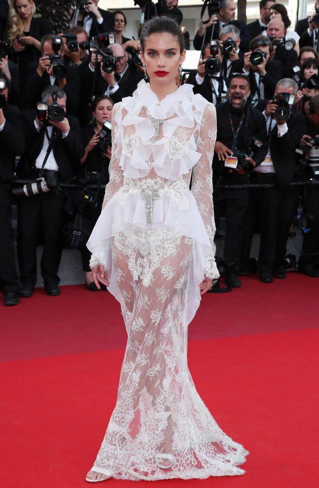 """Thiên thần nội y """"mặc như không"""" đến Cannes, lộ 80% cơ thể - 2"""