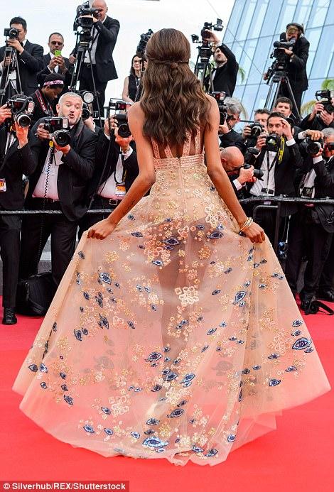 """Thiên thần nội y """"mặc như không"""" đến Cannes, lộ 80% cơ thể - 5"""
