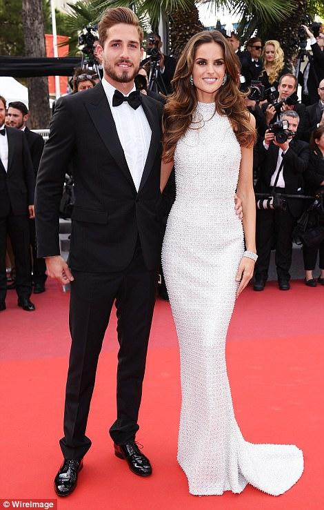 """Thiên thần nội y """"mặc như không"""" đến Cannes, lộ 80% cơ thể - 7"""