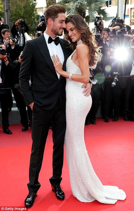 """Thiên thần nội y """"mặc như không"""" đến Cannes, lộ 80% cơ thể - 8"""