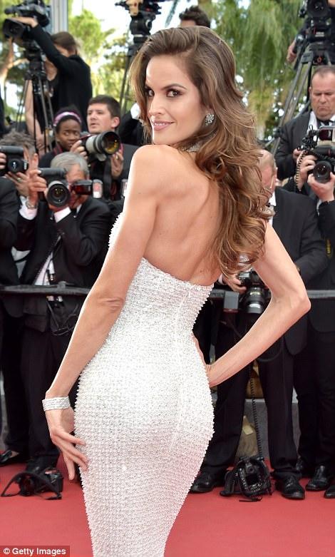"""Thiên thần nội y """"mặc như không"""" đến Cannes, lộ 80% cơ thể - 9"""