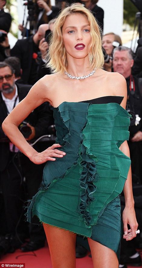 """Thiên thần nội y """"mặc như không"""" đến Cannes, lộ 80% cơ thể - 10"""