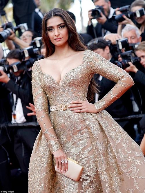"""Thiên thần nội y """"mặc như không"""" đến Cannes, lộ 80% cơ thể - 15"""