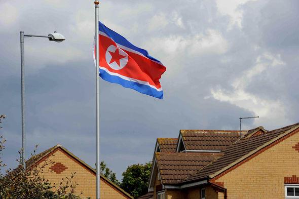 Sự thật về căn nhà bí ẩn treo cờ Triều Tiên ở Anh - 1