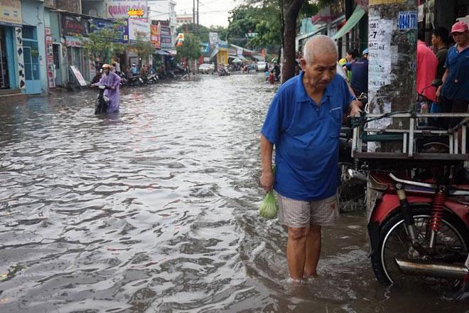 """Tốn trăm tỷ chống ngập, đường vẫn thành sông sau cơn mưa """"chớp mắt"""" - 2"""