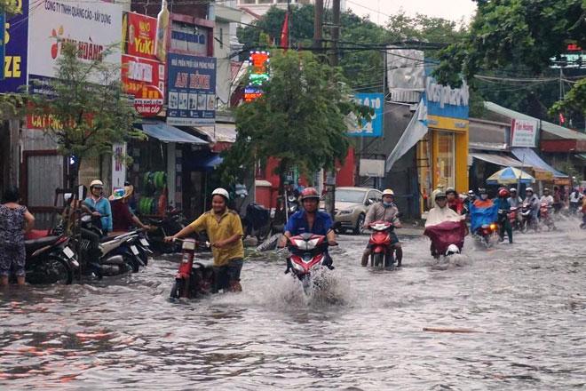 """Tốn trăm tỷ chống ngập, đường vẫn thành sông sau cơn mưa """"chớp mắt"""" - 3"""