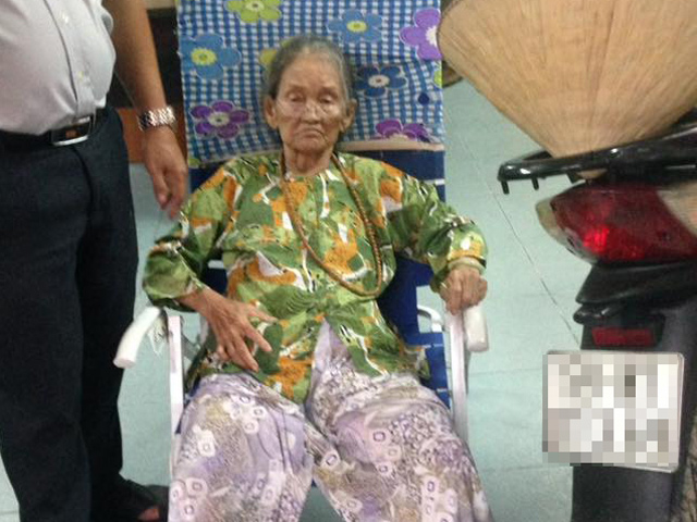 Cụ bà 80 tuổi ngồi dưới mưa vì không nhớ đường về nhà - 1