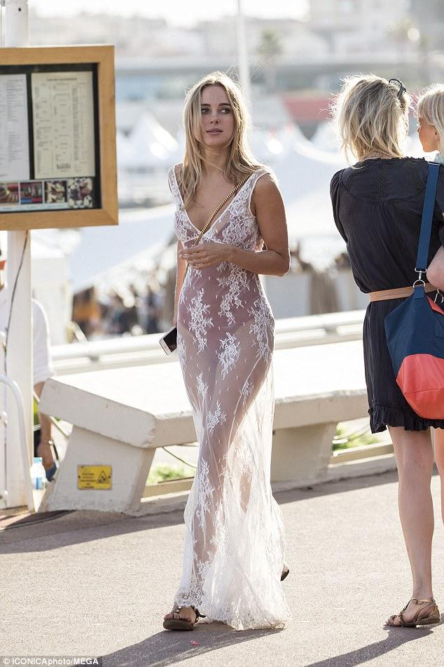 """Kiều nữ """"lộ liễu"""" ở Cannes vì mặc ngắn, mỏng như sương - 10"""