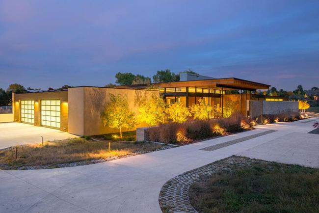 Biệt thự tọa lạc tại làng Cherry Hills, thuộc tiểu bang Colorado, nước Mỹ. Nó đang được rao bán với giá 9,5 triệu USD (~ 215 tỷ đồng).