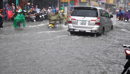 Mưa 1 giờ, đường Sài Gòn như mùa nước lũ miền Trung - 1