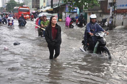 Mưa 1 giờ, đường Sài Gòn như mùa nước lũ miền Trung - 8