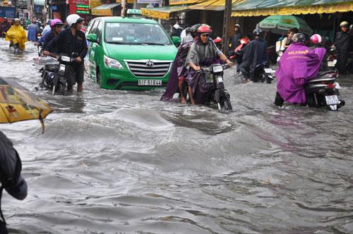 Mưa 1 giờ, đường Sài Gòn như mùa nước lũ miền Trung - 3