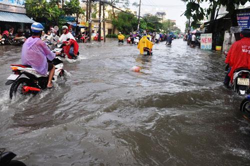 Mưa 1 giờ, đường Sài Gòn như mùa nước lũ miền Trung - 5