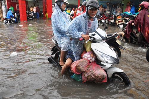 Mưa 1 giờ, đường Sài Gòn như mùa nước lũ miền Trung - 6