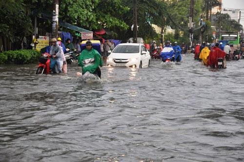 Mưa 1 giờ, đường Sài Gòn như mùa nước lũ miền Trung - 4