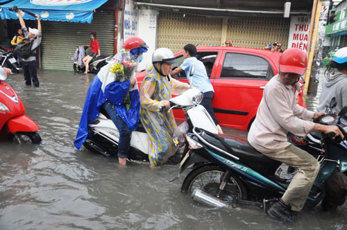 Mưa 1 giờ, đường Sài Gòn như mùa nước lũ miền Trung - 7