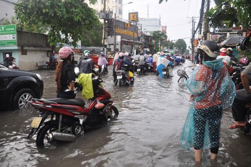 Mưa 1 giờ, đường Sài Gòn như mùa nước lũ miền Trung - 15