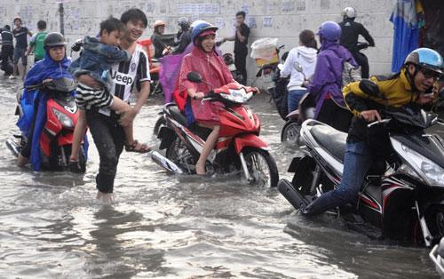 Mưa 1 giờ, đường Sài Gòn như mùa nước lũ miền Trung - 14