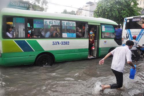 Mưa 1 giờ, đường Sài Gòn như mùa nước lũ miền Trung - 11