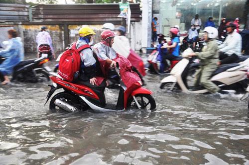 Mưa 1 giờ, đường Sài Gòn như mùa nước lũ miền Trung - 13